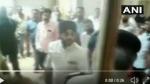 పోలీసు అధికారిపై చేయి చేసుకున్న కాంగ్రెస్ నేత.. వీడియో