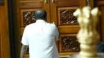 కాలినడకన వెళ్లి, రాజీనామా లేఖను గవర్నర్కు అందించిన కుమారస్వామి...
