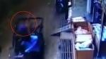 వామ్మో డేంజర్ : భవనం నుంచి కిందపడి.. రిక్షాలోకి జారిపడి..! వీడియో