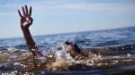 గోదావరిలో పడిపోయిన యువకుడు: కాపాడిన కానిస్టేబుల్, ప్రయాణికులు