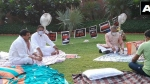 టీ తెచ్చిన రాజ్యసభ డిప్యూటీ ఛైర్మన్: రాత్రంతా గాంధీ విగ్రహం వద్దే: పాటలు పాడుతూ