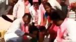 Video:ఓట్ల కోసం నేతల ఫీట్లు : చంటి పిల్లాడి డాష్ కడిగిన గులాబీ నేత... ఏడుస్తున్నా వదల్లేదు..!