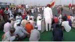 Bharat Bandh: స్తంభించిన రవాణా: జాతీయ రహదారులు క్లోజ్..రైళ్లు బంద్: పట్టాలపైనే సభలు