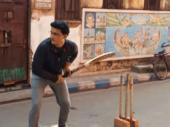 గల్లీ క్రికెట్: గంగూలీ భుజాన్ని తాకిన బంతి (వీడియో)