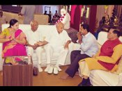 రామోజీ రావు, జగన్ చేతులు కలిపారు (ఫోటో)