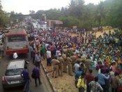 అట్టుడికిన బెంగళూరు: వెనక్కి తగ్గిన ప్రభుత్వం