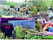 ఎస్సార్నగర్లో ఇళ్లు నేలమట్టం: స్థానికుల తీవ్ర ప్రతిఘటన, ఉద్రిక్తత