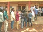 ఏ బటన్ నొక్కినా బిజెపికి కే ఓటు: కాంగ్రెస్, 2 గంటలు నిలిచిన పోలింగ్