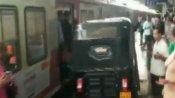వీడియో: రైల్వేస్టేషన్ ప్లాట్ ఫాంపై పరుగులు తీసిన ఆటో..కారణం తెలిస్తే షాక్!