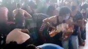 ఆకలి కేకలు: రైల్వే స్టేషన్లో ఆహార ప్యాకేట్లను ఎత్తుకెళ్లిన వలస కూలీలు(వీడియో)