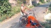 యోగి సర్కార్: సైకిల్పై భార్య మృతదేహంతో ఓ వృద్ధుడి అంతిమయాత్ర: కాళ్ల మీద పడ్డా