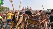 దేశ సరిహద్దులను తలపిస్తున్న ఢిల్లీ బోర్డర్స్, ఆప్షన్ లేదన్న కేంద్రం.. జంతువుల పట్ల కూడా ఇలా వ్యవహరించరు!