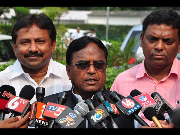 Ponnala lakshmaiah slams telangana cm kcr over ramoji film city