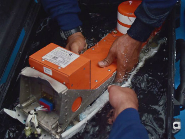 AirAsia QZ8501: Divers recover 'black box' flight recorder