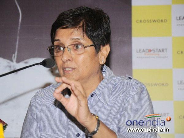 Kiran Bedi Seen Gifting Necklaces, AAP Alleges She Bribed Voters