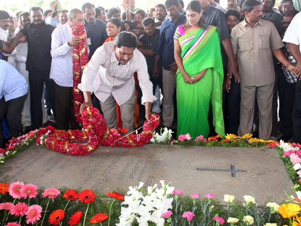 Ysr Family Praying Grand Tributes Ys Rajashekar Reddy At Idupulapaya