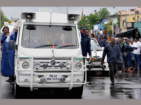Tamil Nadu CM Jayalalithaa's convoy stuck due to heavy rains, death toll 71