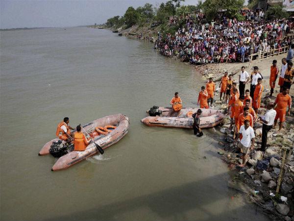పండగవేళ విషాదం: పడవ బోల్తా, 24 మంది మృతి