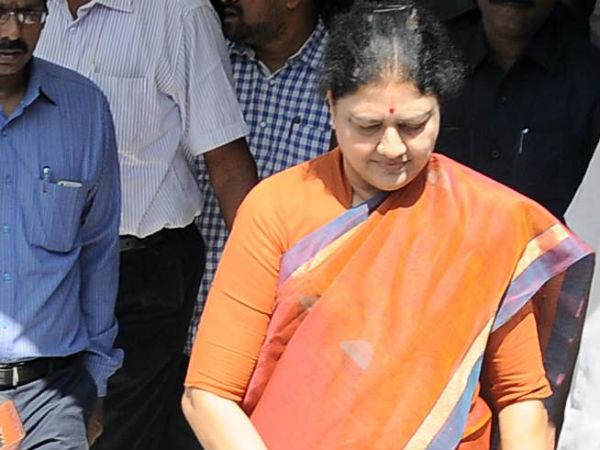 <strong>తమిళ రాజకీయాల్లో ట్వీస్ట్: శశికళ ఔట్, వారిద్దరు ఒక్కటి</strong>