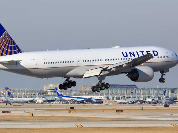 United Airlines apologises for dragging passenger off flight