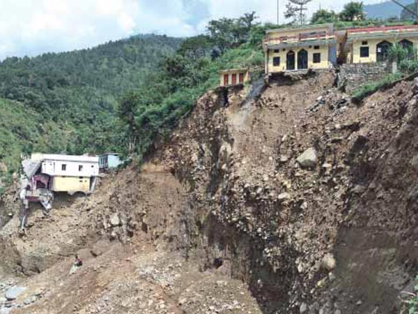 Landslide in Uttarakhand, several tourists stuck