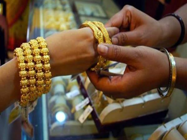 కిలాడీ 'లేడీ', సెలబ్రిటీల పేరుతో జ్యూయలరీ షాప్ యజమానికి టోకరా