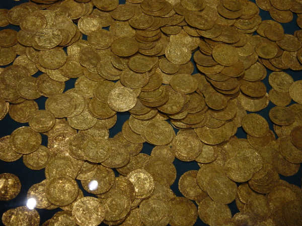 Land owner finds 435 gold coins, hands over to cops