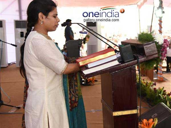 Akhila Priya Praises Chandrababu Lasehs At Ys Jagan