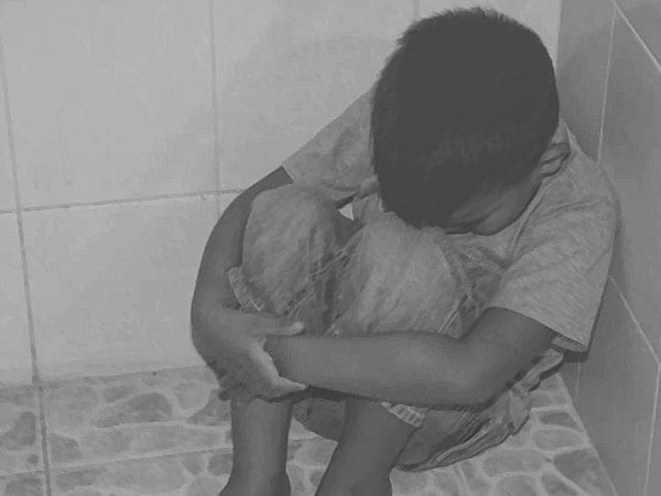 మర్మాంగానికి రబ్బర్ బ్యాండ్ వేసి..: కుమారుడిపై ఓ తండ్రి ఘాతుకం