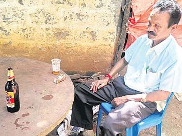 'ఆటవిక' అధికారి: తాగేసి జాతీయ జెండాకు అవమానం