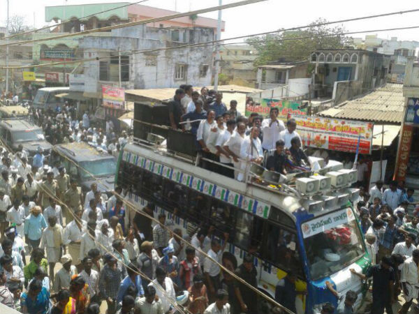 why people came lately to jagan's road show?