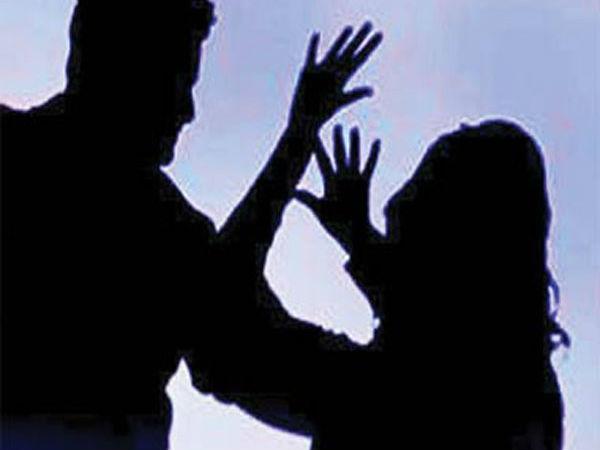చాలా సన్నబడినట్లున్నావ్!: మహిళా నేత చెయ్యి పట్టుకుని కాంగ్రెస్ నేత అసభ్య కామెంట్స్