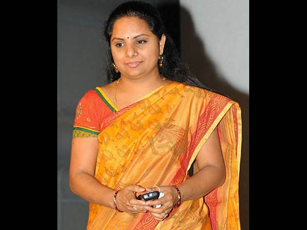 telangana women fires on mp kavita for distributing quality less sarees