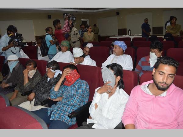 మోజు తీరాక, అరబ్ దేశాల్లో యువతుల నరకం: షేక్ ఆట కట్టించిన ఎయిర్ హోస్టెస్