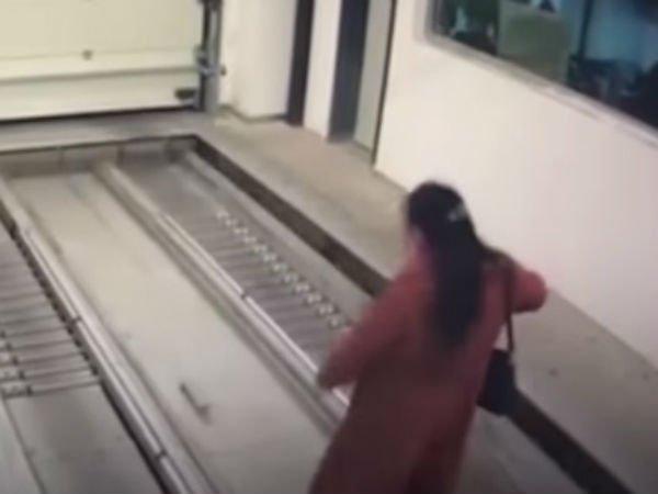 షాకింగ్: మొబైల్లో తలదూర్చి.. ప్రాణాల మీదకు తెచ్చుకుంది(వీడియో)