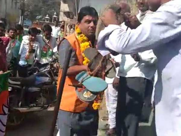 MP: BJP civic poll candidate made to wear garland of shoes