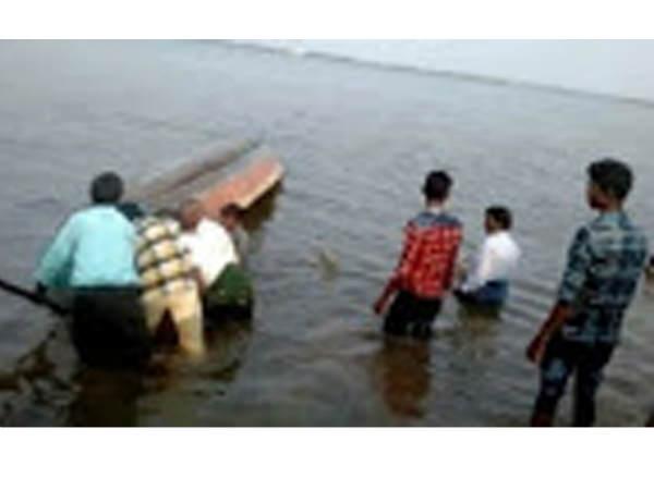 కృష్ణా నదిలో మరో పడవ ప్రమాదం...తృటిలో తప్పిన ముప్పు
