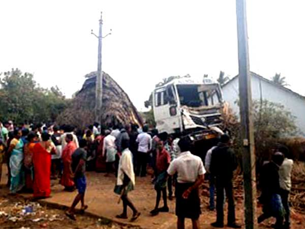 Lorry Crashes Into Hotel...3 killed in tragic accident