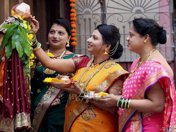 గుడిపాడ్వా వేడుకలు: సంప్రదాయ దుస్తుల్లో మహిళల మోటార్ బైక్ ర్యాలీ(వీడియో)