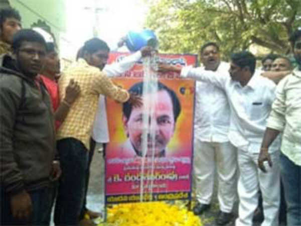 Yadav Community Leaders Milk Bath To CM KCR In andhrapradesh