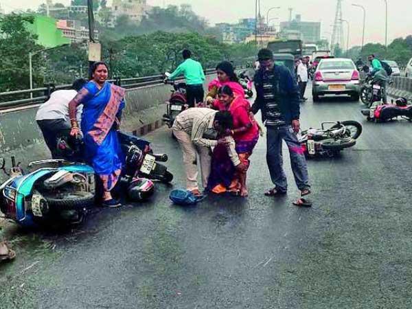సిటీ ఫ్లైఓవర్లకు ఏమైంది?: జారిపడిపోతున్న బైకర్లు, ఆందోళన
