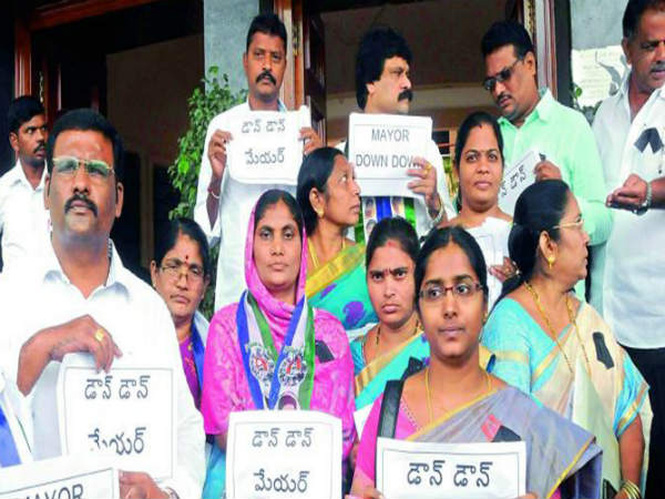 Tensions in Vijayawada: YSR Congress...Congress Protests
