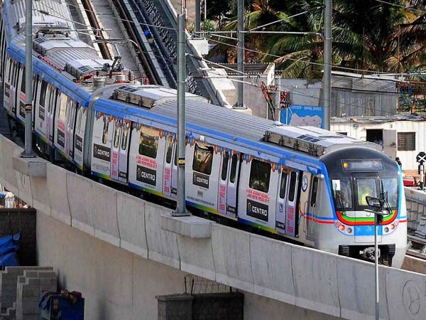 Advertisement flexi falls on electric wires, Metro halted for 30 minutes