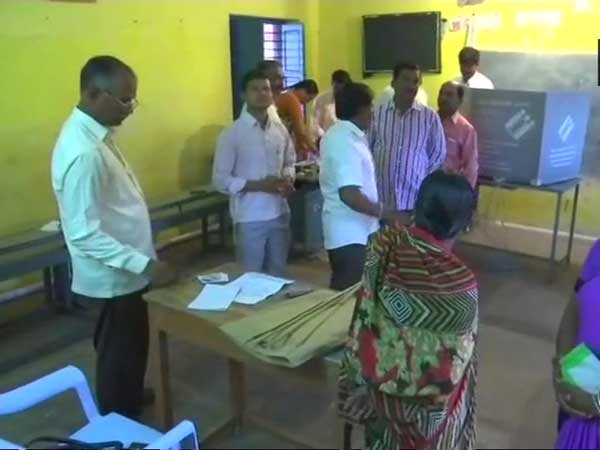 karnataka polling day, reports of faulty machines in several booths