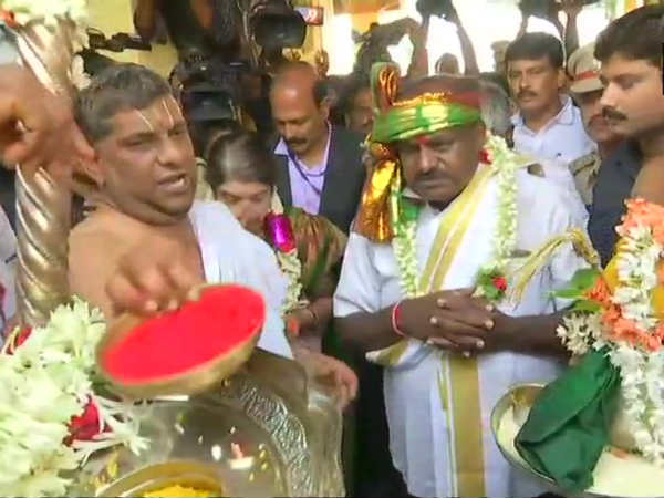 Jd(s) leader Kumaraswamy offered prayers at lakshmi narasimha swamy temple