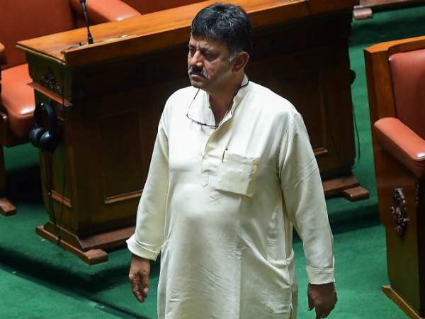 హవాలా కేసు: కర్నాటక మంత్రి డీకే శివకుమార్కు ఐటీ నోటీసులు