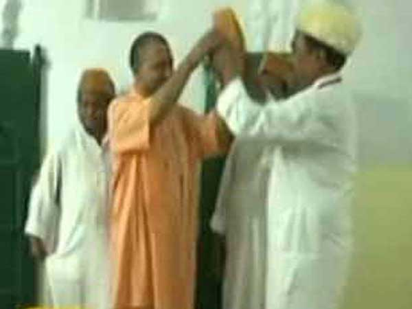In 2011 Modi In 2018 Yogi:Both refuses to wear cap offered by Muslims