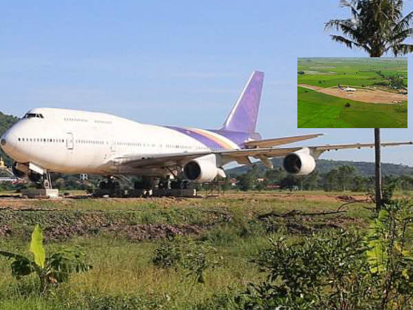 Thai villagers shocked to see a boeing flight in fields