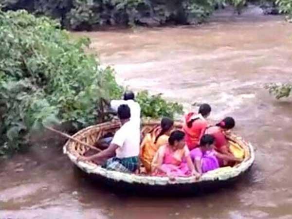 'తెప్ప'లు తప్పలేదు: నది వరద ఉధృతిలో పెళ్లి కోసం సాహసం చేసిన వధువు