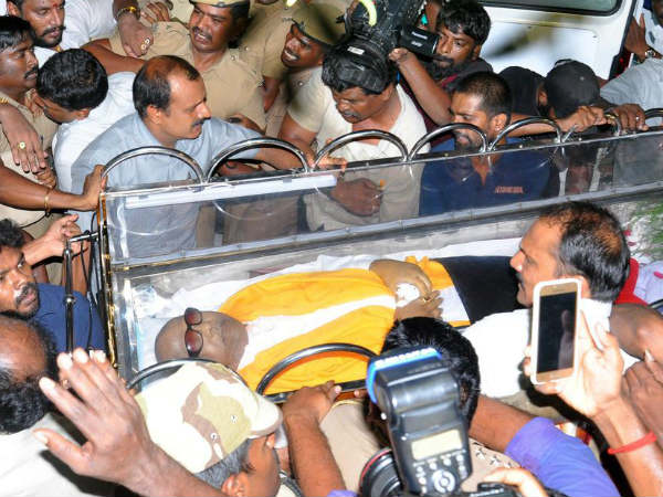 Madras HC to hear DMK petition for Karunanidhis burial at Marina beach to resume shortly